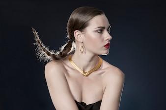 Vrouw met gouden ketting