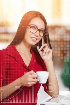 Vrouw met mobiele telefoon en creditcard