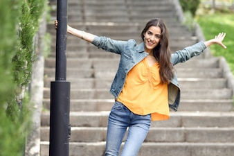 Vrouw met mooi haar met casual kleding in stedelijke achtergrond.