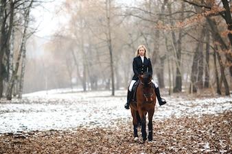 Vrouw rijden paard in het bos