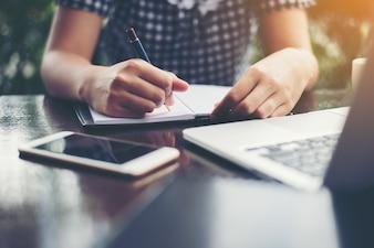 Vrouw schrijven op een notebook