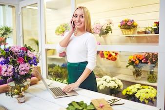 Vrouw vendor job jonge verkoper