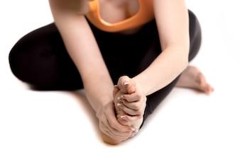 Vrouw vouwen haar voet