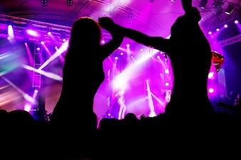 Vrouwen dansen tijdens een concert
