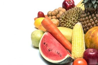 Vruchten en groenten geïsoleerd op een witte achtergrond