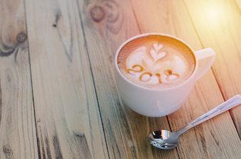 Warme koffie met schuimmelk kunst 2018 op houten tafel