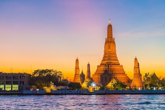 Wat Arun Tempel bij schemering in Bangkok, Thailand
