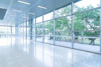 Wazig abstracte achtergrond interieur bekijken uitkijken naar de lege kantoor lobby en toegangsdeuren en glazen gordijn muur met frame