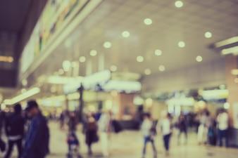 Wazig toeristen in winkelcomplex met bokeh - retro kleur