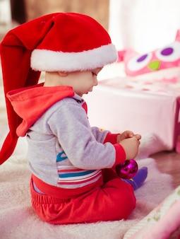 Weinig babyjongen in kerstmuts