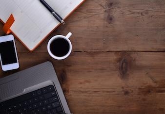 Werkplek met een notebook smartphone koffie en laptop