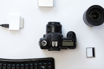 Wit bureau met een professionele camera en accessoires