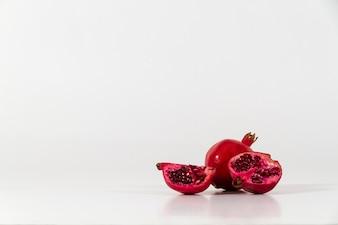 Wit oppervlak met smakelijke granaatappels