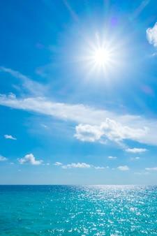 Witte wolk exotische zee natuur