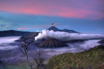 Wolken boven de vulkaan