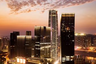 Wolkenkrabbers bij zonsondergang