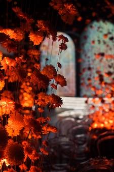 Zaal versierd met chrysanten op draden