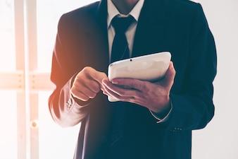 Zakenman handen met tablet in een kantoor
