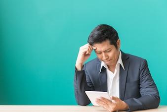 Zakenman heeft druk en kijkt naar de telefoon, het succes en het falen concept