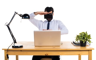 Zakenman in zijn kantoor met behulp van VR glazen houden iets