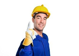 Zelfverzekerde werknemer die op een witte achtergrond wijst