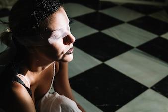 Zijaanzicht van vrouw met oogbinding