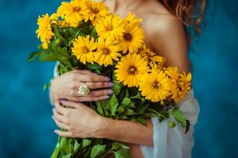 Zoete bloemen gele vrouw charmante