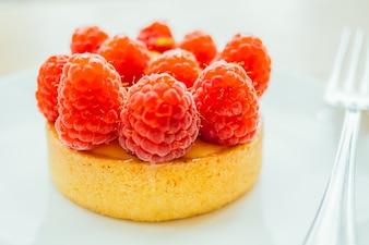 Zoete dessert vlaartaartje met frambozen bovenop