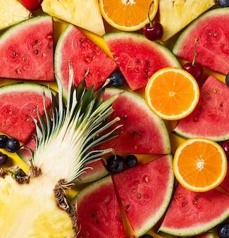 Zomerconcept. Conceptuele. Lekkere smakelijke plak ananas met watermeloen plakjes op gele heldere levendige achtergrond met houten letters Summer. Flat Lay.