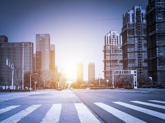 Zonsondergang in de stad met wolkenkrabbers