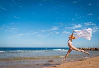 Zorgeloos meisje op het strand