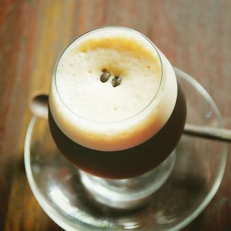 Zwarte koffie, koude melk met retro filter effect