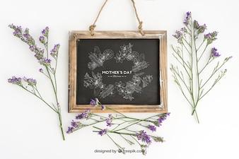 Blackboard mockup ontwerp met bloemen