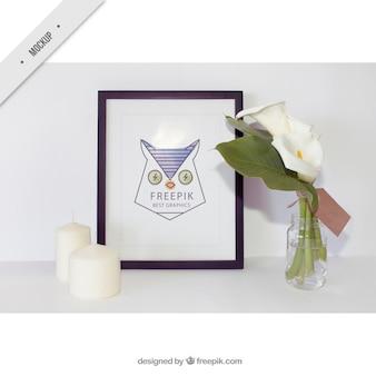 Eenvoudige frame met kaarsen en leuke bloemen