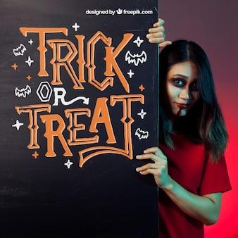 Halloween mockup met meisje achter zwarte muur