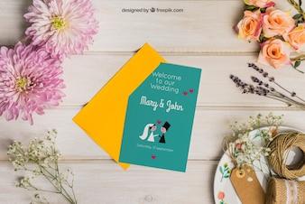 Kantoorartikelen bruiloft mockup met envelop