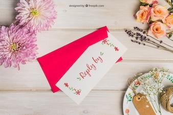 Kantoorartikelen bruiloft mockup met rode envelop