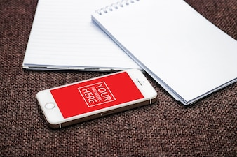 Notitieblok met smartphone PSD Mockup