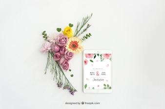 Tablet mockup design met bloemendecoratie