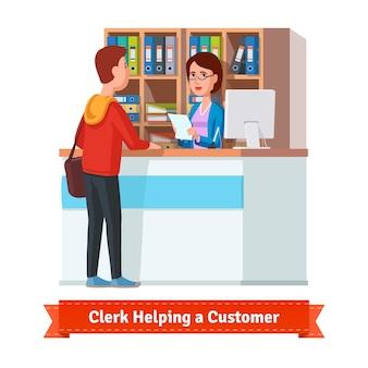 Assistent clerk die met de klant werkt