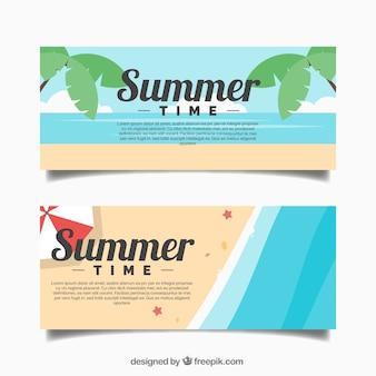 Banners van de zomer met uitzicht op zee en palmbomen