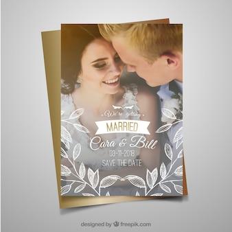 Bruiloft uitnodigingsjabloon met gelukkig koppel