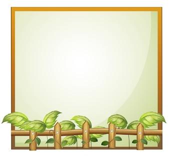 Een leeg frame met houten hek en wijnstokplanten
