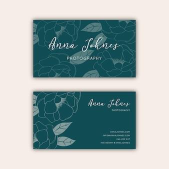 Groen visitekaartje met hand getekende bloemenillustraties