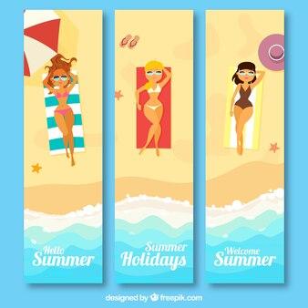 Grote banners met vrouwen zonnebaden
