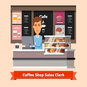 Jonge winkelassistent die een kopje koffie serveert