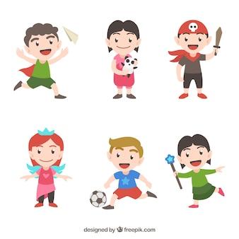 Kleurrijke verpakking van zes gelukkige kinderen spelen met verschillende voorwerpen