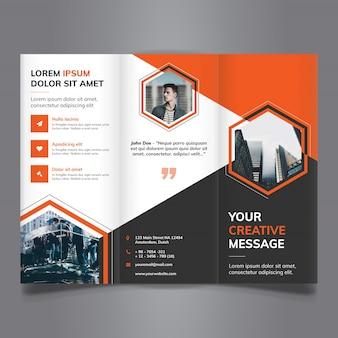 Tri-fold brochure met veelhoekige vormen