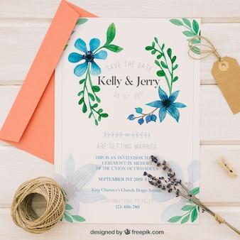 Trouwen uitnodiging met blauwe aquarel bloemen
