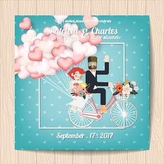 Trouwuitnodiging met karakters in een fiets